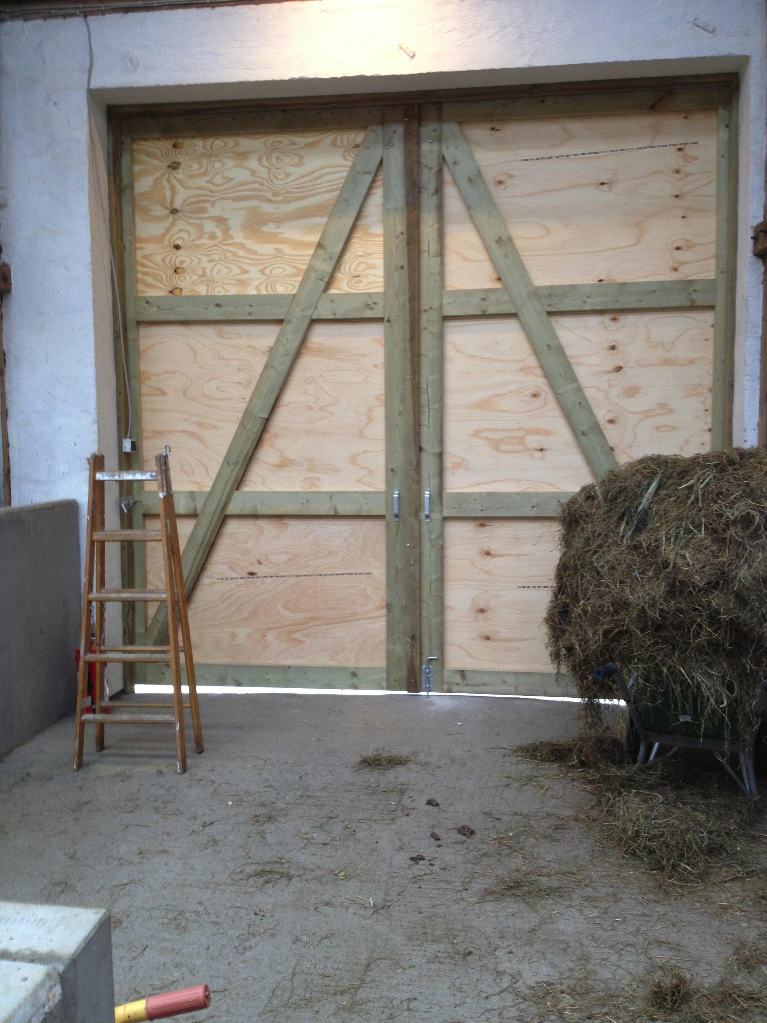Store porte på ridehal, færdige og klar til brug.