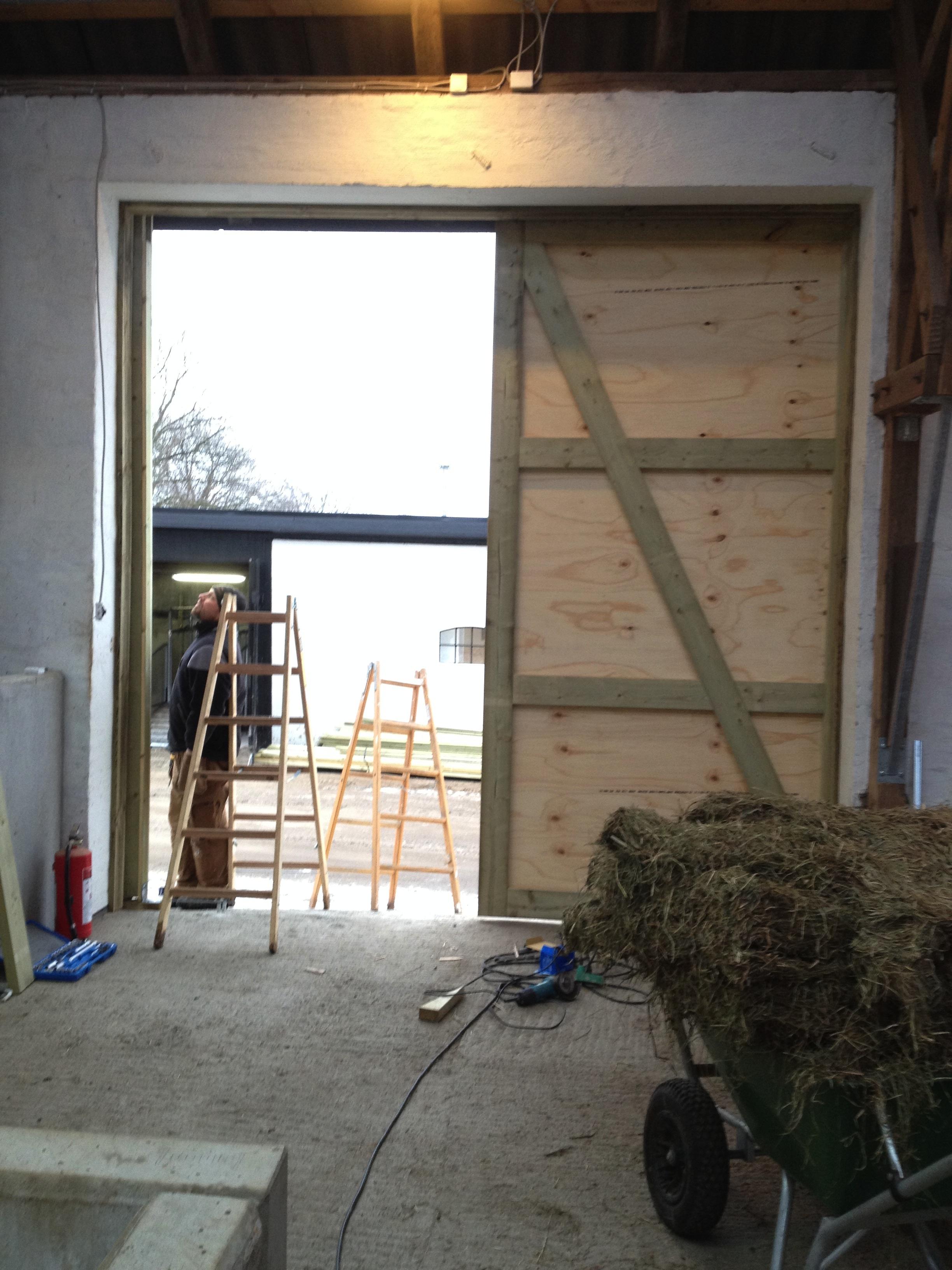 Store porte på ridehal under opførelse.